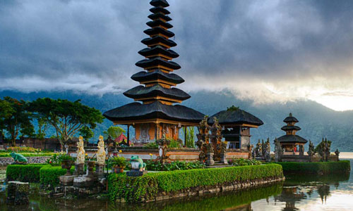 Tourist Destinations In Bali – Island of Paradise Bali has been famous for the beautiful beaches surrounding the island. But others than the beaches there are a lot of other sites that also very wonderful and you have to consider visiting them.